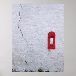 Buzón de correos agrietado de la casa posters