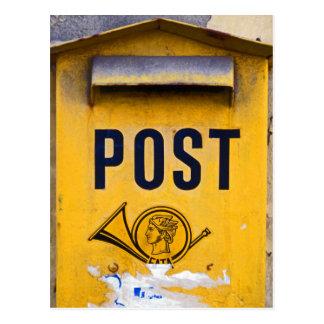 Buzón de correos griego amarillo tarjeta postal