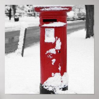 Buzón rojo en la nieve posters