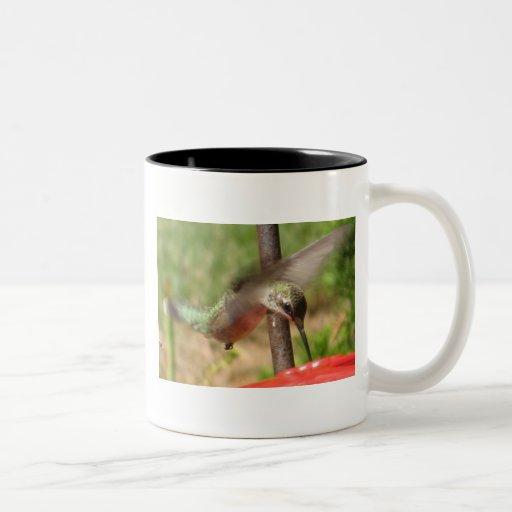 BV Humingbird en vuelo Taza De Dos Tonos