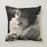 C. 1910 la pulla de la mujer del bonito cojin