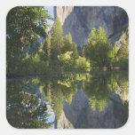 CA, Yosemite NP, EL Capitan reflejó en Merced Pegatina Cuadrada