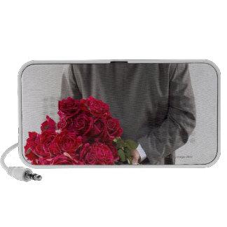 Caballero con los rosas rojos laptop altavoz