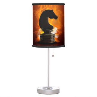 Caballero del ajedrez en llamas lámpara de mesa