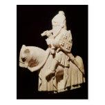 Caballero en armadura en su caballo postal