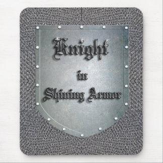 Caballero en escudo brillante de la armadura alfombrillas de raton