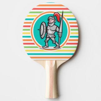Caballero en rayas brillantes del arco iris pala de tenis de mesa