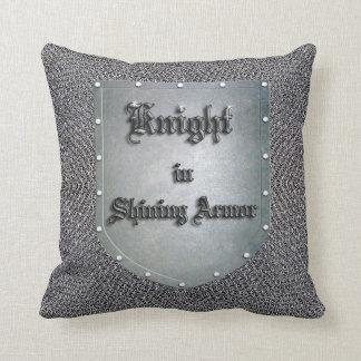 Caballero medieval en el escudo brillante cojín decorativo