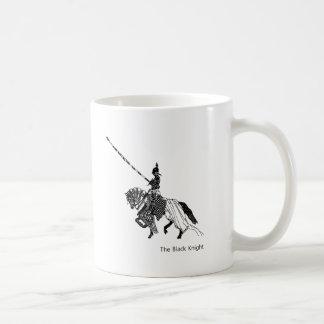 Caballero negro con el caballo acorazado de los taza básica blanca