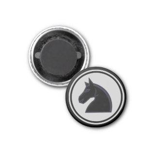 Caballero negro del pedazo de ajedrez imán redondo 3 cm