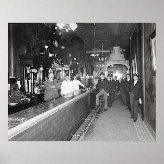 Caballeros en la barra, 1910. Foto del vintage Póster