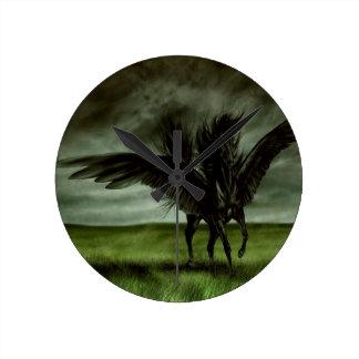 Caballo abstracto Pegassus de los diablos de la fa Reloj Redondo Mediano