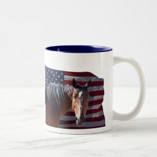 Caballo americano y bandera cuartos - patrióticos taza de dos tonos