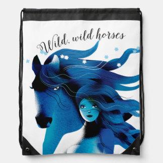 Caballo azul y una mochila del lazo del chica