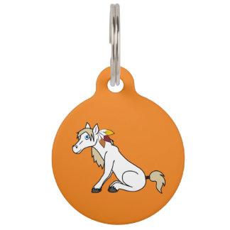 Caballo blanco de la acción de gracias con las placa para mascotas