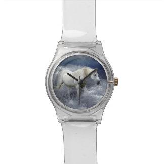 Caballo blanco de la fantasía y resaca del océano relojes de pulsera