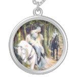 Caballo blanco de la señora medieval del caballero colgante redondo