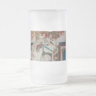 Caballo blanco del carrusel con la imagen azul del jarra de cerveza esmerilada