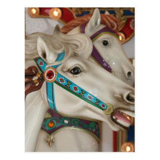 Caballo blanco del carrusel con la imagen azul del postales