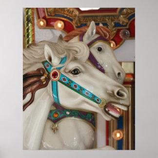 Caballo blanco del carrusel con la imagen azul del póster