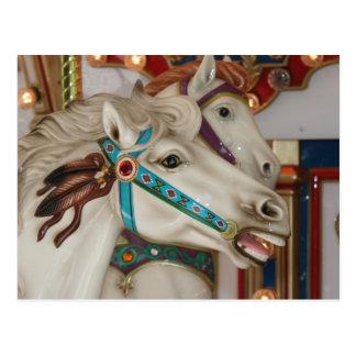 Caballo blanco del carrusel con la imagen azul del postal