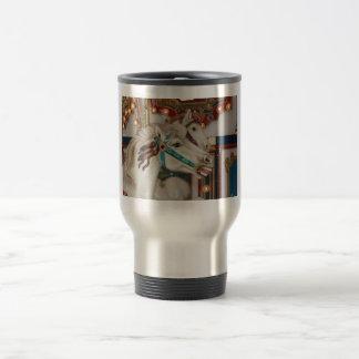 Caballo blanco del carrusel con la imagen azul del taza de viaje