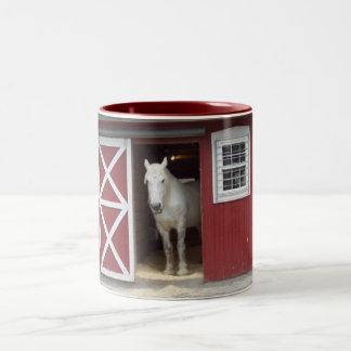 Caballo blanco en granero rojo taza de dos tonos