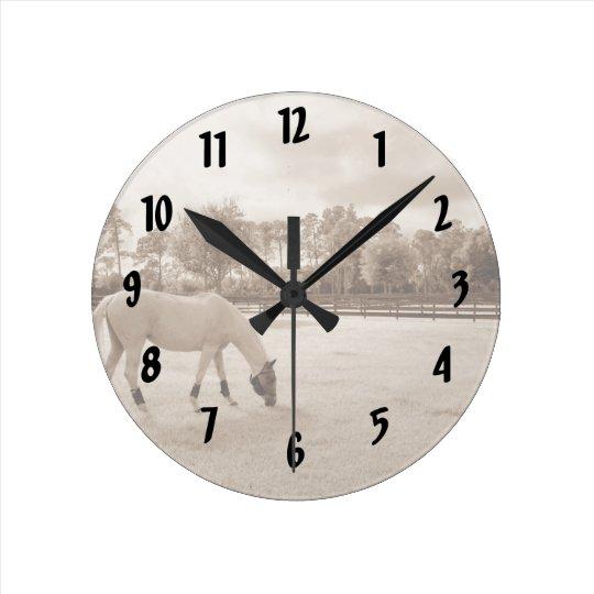 caballo blanco en pasto que pasta sepia reloj redondo mediano