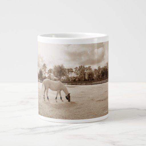 caballo blanco en pasto que pasta sepia taza de café gigante