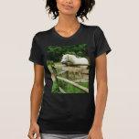 Caballo blanco en prado camisetas