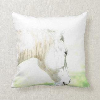 Caballo blanco hermoso almohadas