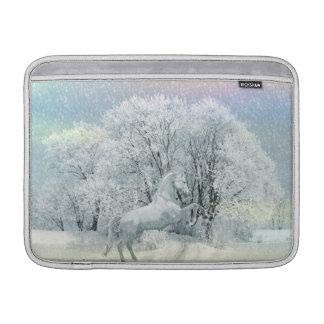 Caballo blanco hermoso en nieve fundas para macbook air