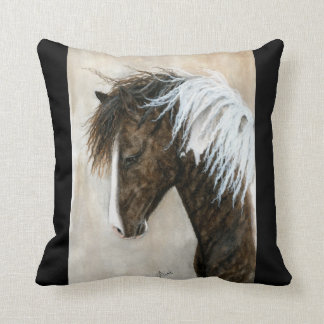Caballo blanco negro del Pinto por la almohada de