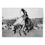 Caballo bucking del montar a caballo del hombre en tarjetón