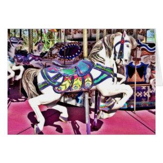 Caballo colorido del carrusel en los regalos de la tarjeta de felicitación