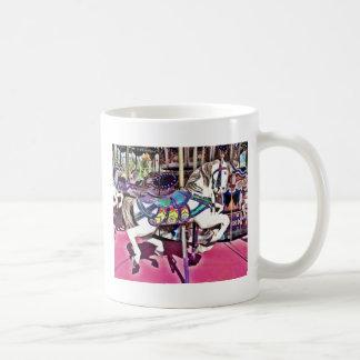 Caballo colorido del carrusel en los regalos de la taza