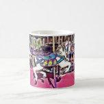 Caballo colorido del carrusel en los regalos de la tazas