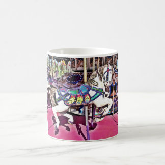 Caballo colorido del carrusel en los regalos de la taza clásica