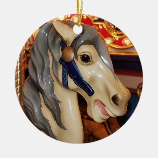 Caballo crinado gris del carrusel adorno navideño redondo de cerámica