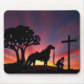 Caballo cristiano del vaquero que ruega en la pues tapetes de ratones