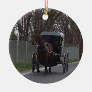 Caballo de Amish y ornamento con errores Adorno Navideño Redondo De Cerámica