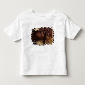 Caballo de bahía oscuro en el establo camisas