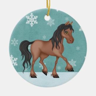Caballo de bahía personalizado en un día de fiesta adorno navideño redondo de cerámica