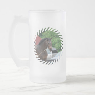 Caballo de bahía que se lanza la taza de cerveza h