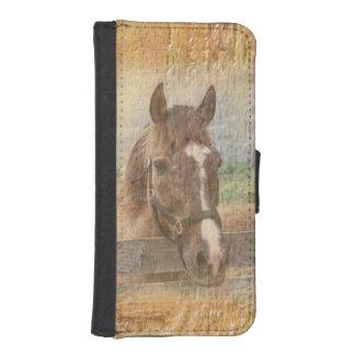 Caballo de Brown con el halter en la madera vieja Funda Tipo Billetera Para iPhone 5