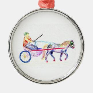 Caballo de carro en el pastel coloreado del adorno navideño redondo de metal