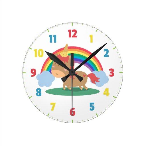 Caballo de Kawaii Brown que intenta ser un unicorn Reloj Redondo Mediano