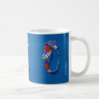 Caballo de mar en tela escocesa roja y azul en la  taza básica blanca