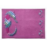 Caballo de mar en telas escocesas azules rosadas e manteles