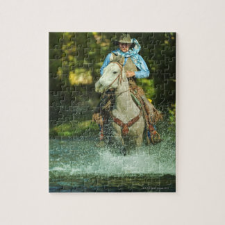 Caballo de montar a caballo a través del agua puzzles con fotos